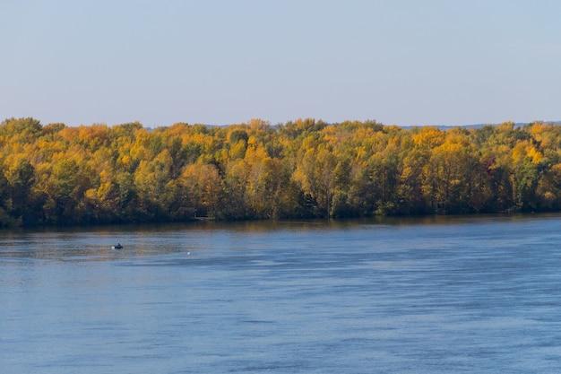 Vista sul fiume dnieper in autunno