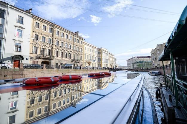 Vista sul fiume moika dalla barca. russia, san pietroburgo