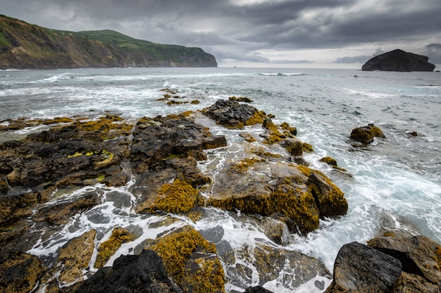 Vista della spiaggia rocciosa di mosteiros. sao miguel island. azzorre portogallo