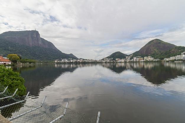 Vista della laguna rodrigo de freitas a rio de janeiro, brasile.