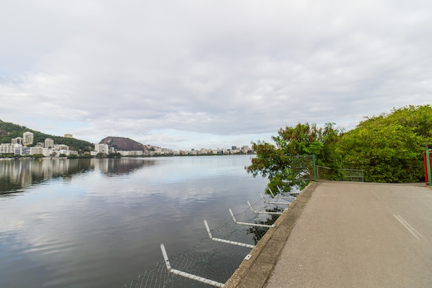 Vista della laguna rodrigo de freitas a rio de janeiro, brasile. Foto Premium