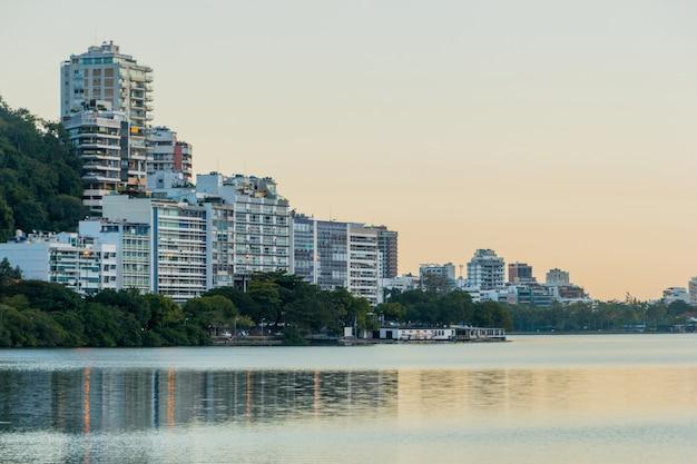 Vista della laguna di rodrigo de freitas a rio de janeiro in brasile.