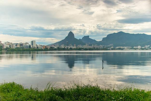 Visualizza la laguna rodrigo de freitas a rio de janeiro in brasile.