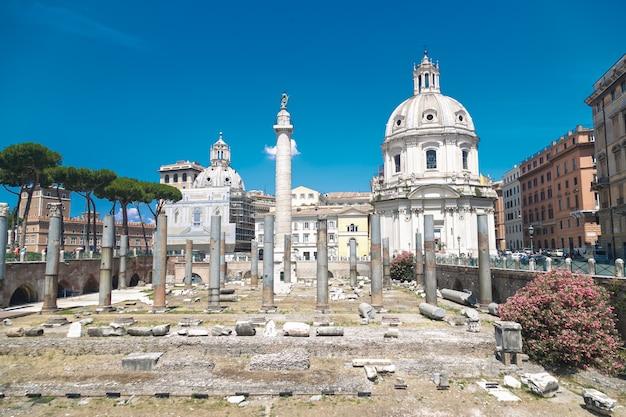 Vista delle rovine romane in una giornata di sole a roma, italia.
