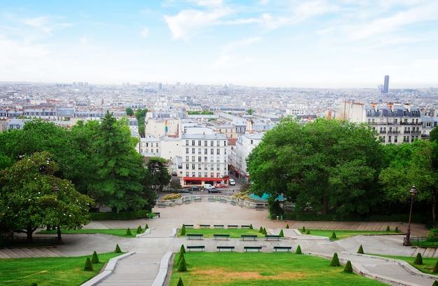 Vista della romantica montmartre e dello skyline di parigi, francia, dai toni rétro