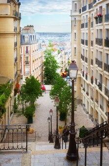 Vista della romantica strada di monmartre, parigi, francia, dai toni rétro