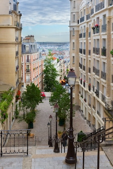 Vista della romantica strada di montmartre, parigi, francia