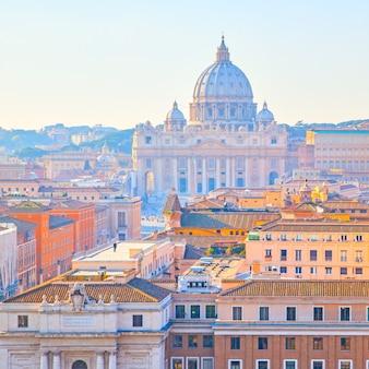 Veduta di roma con la basilica di san pietro in vaticano, italy