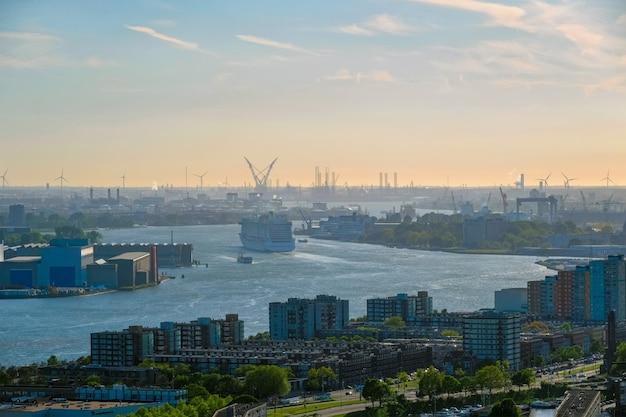 Vista della città di rotterdam e del fiume nieuwe maas