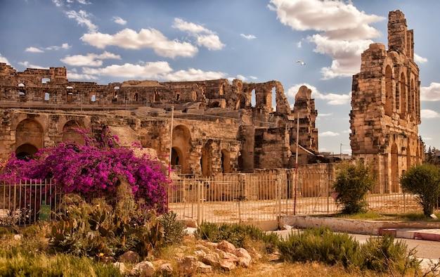Visualizza le rovine meglio conservate e il più grande colosseo di el jam. rovine architettoniche di un anfiteatro a tunisi, colpite da una gru. le migliori destinazioni turistiche del mondo. attrazioni in nord africa. impero romano