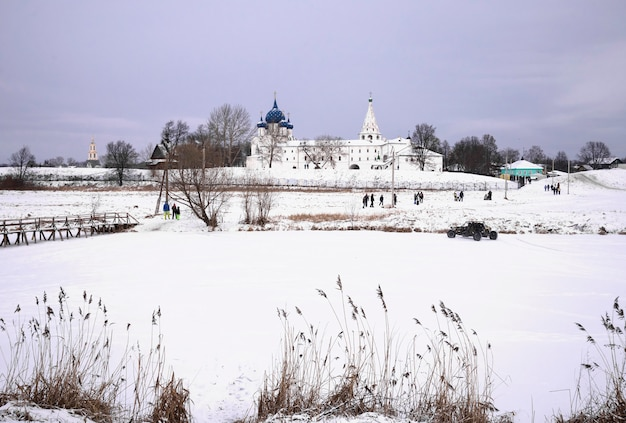 Vista del monastero ortodosso russo in un paesaggio innevato