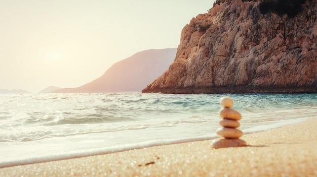 Vista della spiaggia di sabbia e onde surf sulla riva.