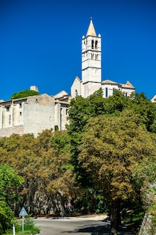 Veduta della basilica di santa chiara ad assisi - umbria, italy Foto Premium