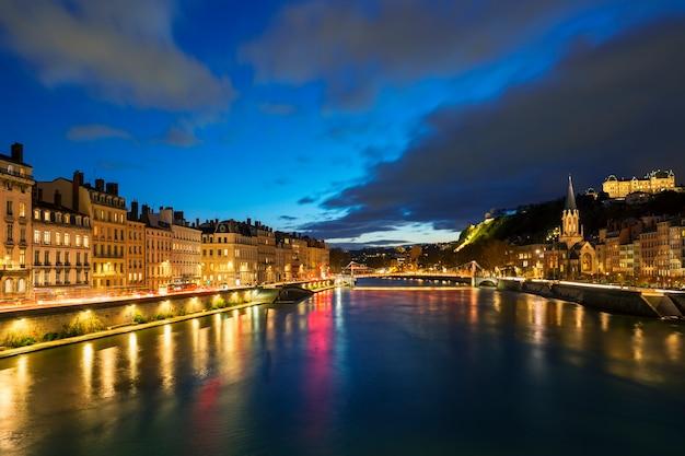 Vista del fiume saone nella città di lione alla sera, francia