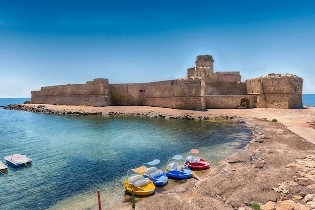 Vista del pittoresco castello aragonese, aka le castella, sul mar ionio nel comune di isola di capo rizzuto, italia