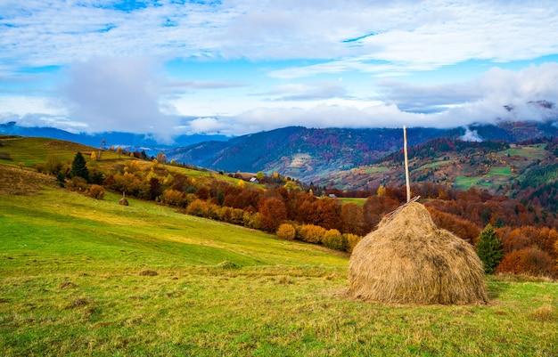Vista del paesaggio scenico con cielo colorato luminoso sopra le montagne nebbiose