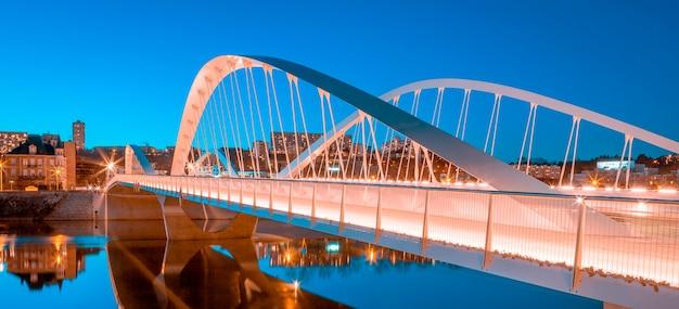 Vista del ponte schuman di notte, lione, in francia, in europa.
