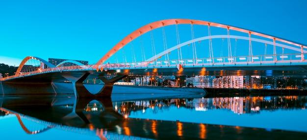 Vista del ponte schuman di notte, lione, francia.