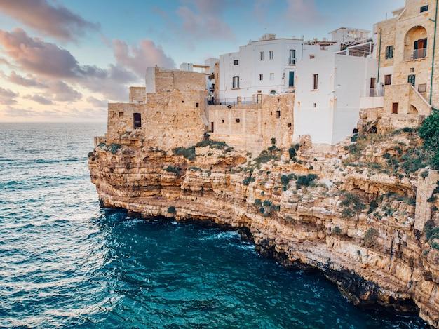 Vista del mare da polignano a mare e spiaggia con i turisti, puglia, italia