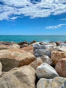 Vista del mare che colpisce le scogliere del mare di malaga in estate.
