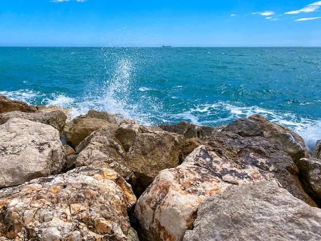 Vista del mare che raggiunge le scogliere nel mar mediterraneo di malaga in estate. Foto Premium