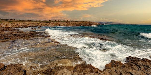 Vista sul mare di â€â‹ã¢â€â‹vendicari nella riserva naturale. sicilia.