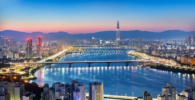 Vista dello skyline della città di seoul e della torre di seoul all'alba corea del sud