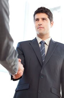 Sotto la vista di un uomo d'affari serio che conclude un affare con un partner