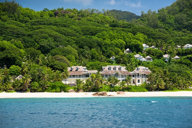 Vista della costa delle seychelles con una casa nella foresta