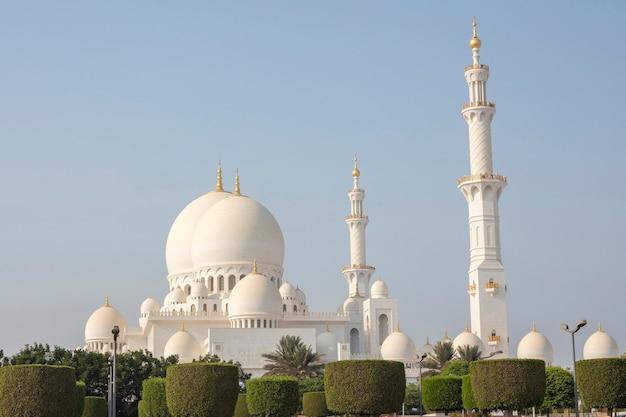 Vista della grande moschea dello sceicco zayed, abu dhabi in una giornata di sole, emirati arabi uniti