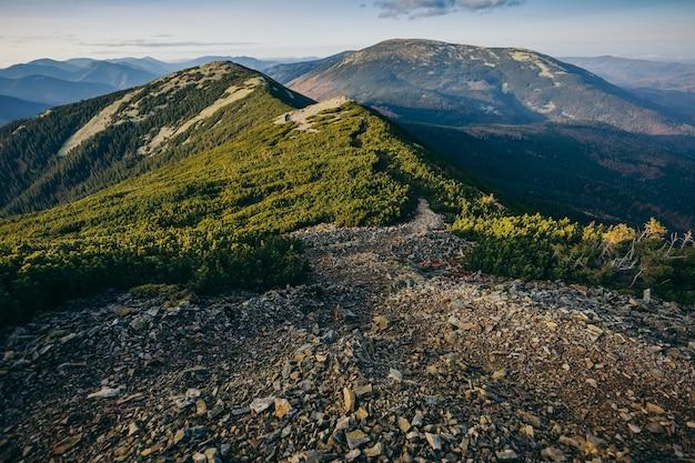 Una vista del fianco di una montagna