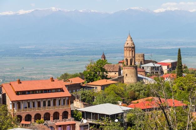 Vista sulla città di sighnaghi e sulle montagne caucasiche nella regione di kakheti, georgia