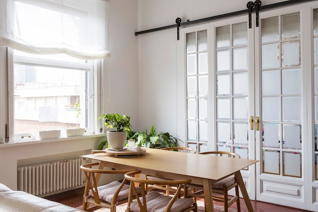 Vista di una semplice sala da pranzo luminosa