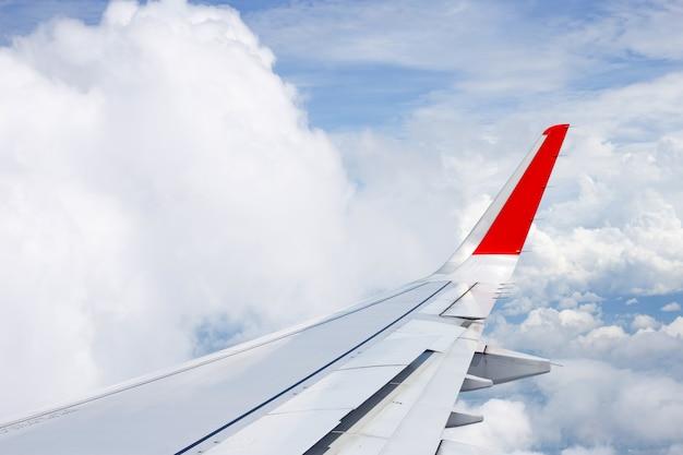 Vista del cielo, nuvola e ala dell'aeroplano dalla finestra