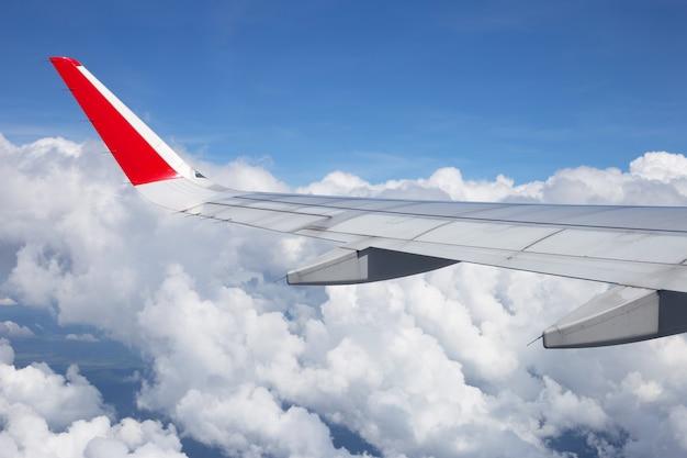 Vista della nuvola del cielo e dell'ala dell'aeroplano dalla finestra