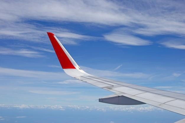 Vista del cielo, della nuvola e dell'ala dal finestrino dell'aereo