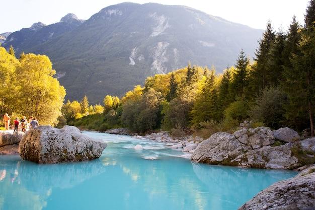 Vista del fiume sloveno soca in estate