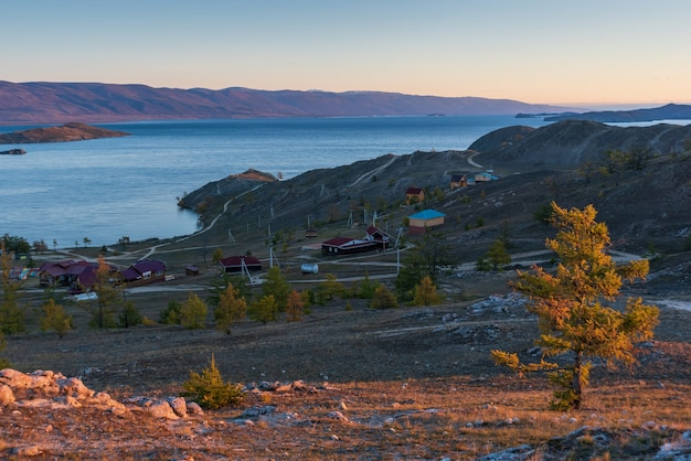 Vista del piccolo stretto di mare sul lago baikal nella baia di gioia del giorno d'autunno con le case