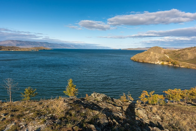 Vista del piccolo stretto di mare sul lago baikal il giorno d'autunno gioia bay