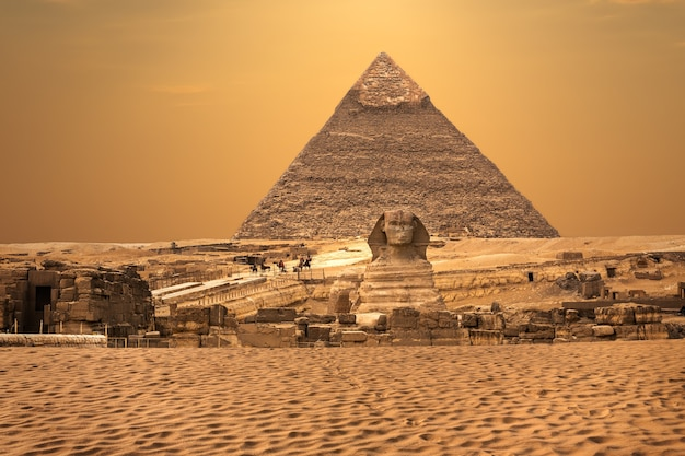 Vista sulla sfinge e le piramidi, deserto di giza, egitto.
