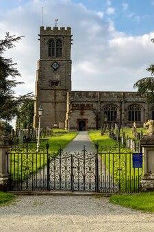 Vista della chiesa di st.chads a hanmer, wales