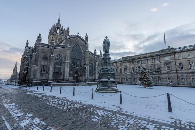 Vista della cattedrale di st. giles sul royal mile nella città vecchia di edimburgo in una giornata invernale