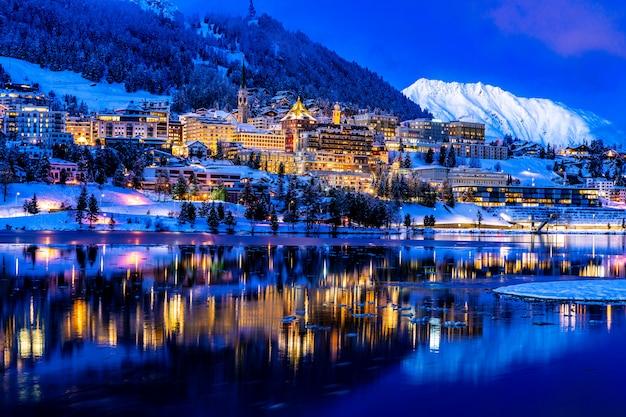 Vista di st. moritz in svizzera durante la notte