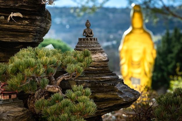 Vista delle statue di un tempio buddista