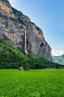 Vista della cascata staubbach nella valle di lauterbrunnen in svizzera
