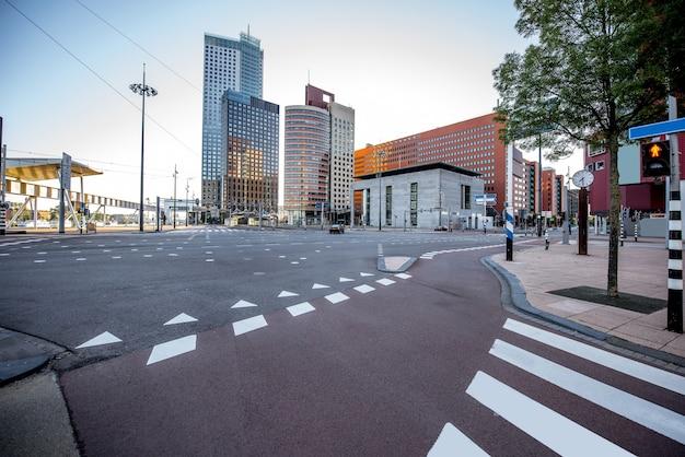 Vista sulle strade del moderno quartiere degli uffici durante la mattinata nella città di rotterdam