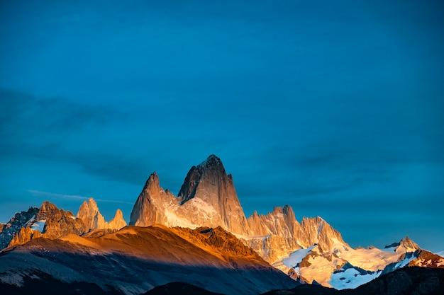 Vista dell'alba sul monte fitz roy. patagonia meridionale al confine tra argentina e cile.