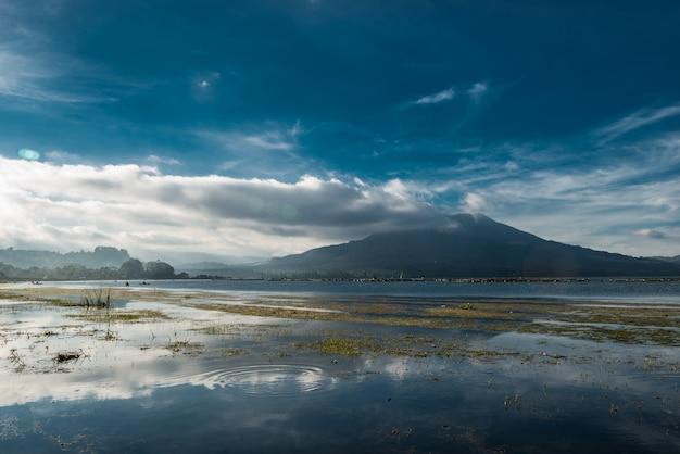 Visualizzare il tramonto sul lago batur vicino al vulcano batur area kintamani bali indonesia.