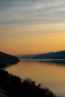 Vista al tramonto alla gola del danubio a djerdap sul confine serbian-romanian