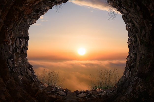 Vista del tramonto dall'interno della grotta